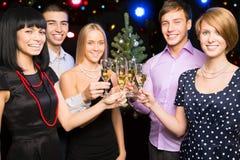 Amis heureux te souhaitant le Joyeux Noël Images libres de droits
