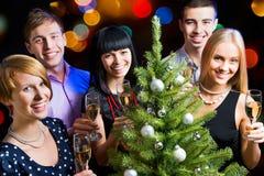 Amis heureux te souhaitant le Joyeux Noël Photographie stock
