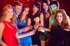 Amis heureux une nuit ensemble Image libre de droits