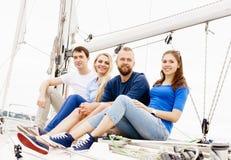 Amis heureux voyageant sur un yacht Images libres de droits