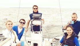 Amis heureux voyageant sur un yacht et buvant d'un thé Tourisme, Image stock