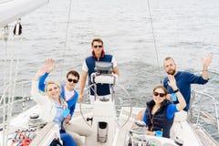 Amis heureux voyageant sur un yacht et buvant d'un thé Tourisme, Photographie stock