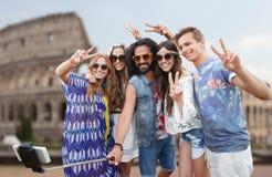 Amis hippies avec le bâton de selfie de smartphone Photo stock