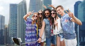 Amis hippies avec le bâton de selfie de smartphone Images libres de droits