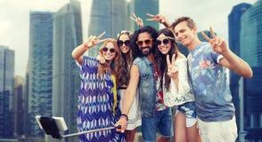 Amis hippies avec le bâton de selfie de smartphone Image libre de droits