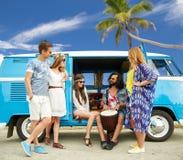 Amis hippies avec Tom-Tom jouant la musique au-dessus de la voiture Image libre de droits