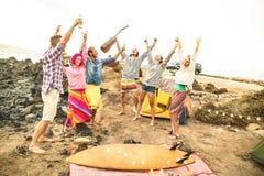 Amis hippies ayant l'amusement ensemble à la partie de musique de camping de plage Images stock