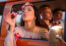 Amis hippies dans un fourgon sur un voyage par la route Photographie stock