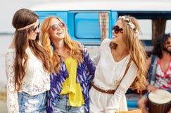 Amis hippies heureux ayant l'amusement au-dessus de la voiture de monospace Images libres de droits