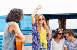 Amis hippies heureux ayant l'amusement au-dessus de la voiture de monospace Photographie stock libre de droits