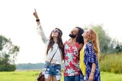 Amis hippies heureux dirigeant le doigt dehors Photos libres de droits