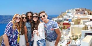 Amis hippies heureux prenant le selfie sur le santorini Photographie stock libre de droits
