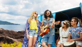 Amis hippies jouant la musique au monospace sur l'île Photographie stock