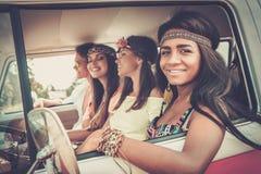 Amis hippies multi-ethniques sur un voyage par la route Images libres de droits