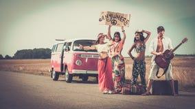 Amis hippies multi-ethniques sur un voyage par la route Images stock
