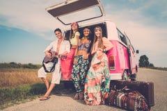 Amis hippies multi-ethniques sur un voyage par la route Photos stock