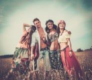 Amis hippies multi-ethniques sur un voyage par la route Photographie stock