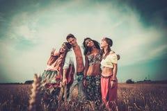 Amis hippies multinationaux dans un domaine de blé Photos libres de droits