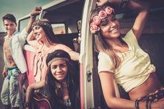 Amis hippies sur un voyage par la route Image stock