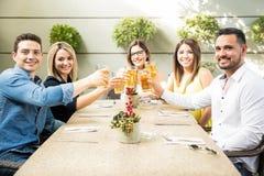 Amis hispaniques buvant de la bière Images stock