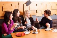 Amis informels de réunion en café Image stock