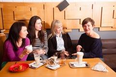 Amis informels de réunion en café Photos libres de droits