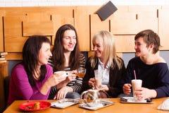 Amis informels de réunion en café Image libre de droits