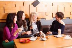 Amis informels de réunion en café Images stock