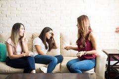 Amis inquiétés avec l'essai de grossesse Images stock