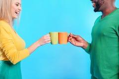 Amis insouciants buvant du café ensemble Images stock