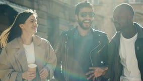 Amis insouciants marchant dans la ville banque de vidéos