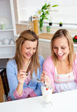 Amis intelligents mangeant la glace et le sourire photographie stock libre de droits
