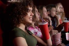 Amis internationaux observant le nouveau film au cinéma Photos libres de droits
