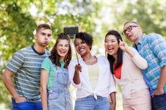 Amis internationaux prenant le selfie en parc Photos libres de droits