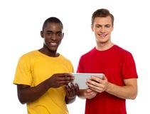 Amis intuitifs de technologie à l'aide du PC de tablette Images stock