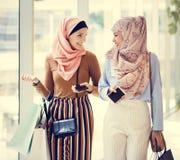 Amis islamiques de femmes faisant des emplettes ensemble le week-end photo libre de droits