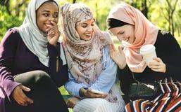 Amis islamiques de femmes parlant et ayant l'amusement Image libre de droits