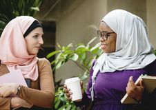 Amis islamiques parlant et souriant Photo stock