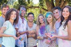 Amis jetant la peinture de poudre Photo libre de droits