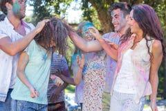 Amis jetant la peinture de poudre Photos libres de droits