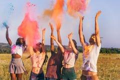 Amis jetant la poudre colorée au festival de holi Photos libres de droits