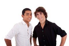 Amis : jeune homme deux de différentes couleurs, regardant Image libre de droits