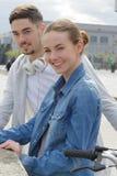 Amis jeune homme et femme de couples dans la ville Image libre de droits