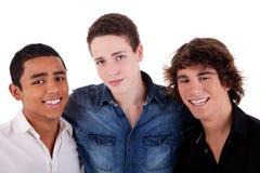 Amis : jeune homme trois de différentes couleurs Images libres de droits