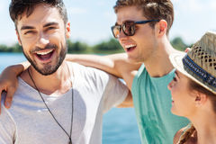 Amis jeunes gais ayant l'amusement sur la plage Photo stock