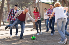 Amis jouant au football Photo stock