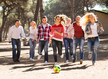 Amis jouant au football Images libres de droits