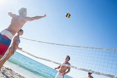 Amis jouant au volleyball Image libre de droits
