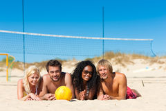 Amis jouant au volleyball de plage Photo stock