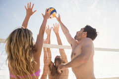 Amis jouant au volleyball de plage Photographie stock